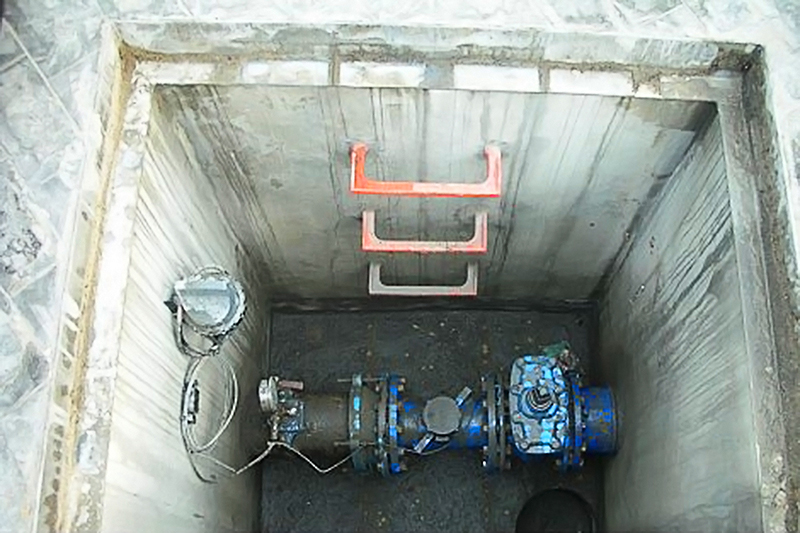 Automatic monitoring system located beneath metal cover which blocked signal. Photo credit: Aguas de Cádiz