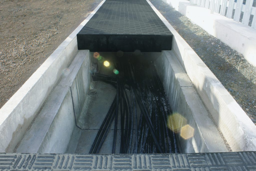 Slit trench with stepped covers over electrical cabling